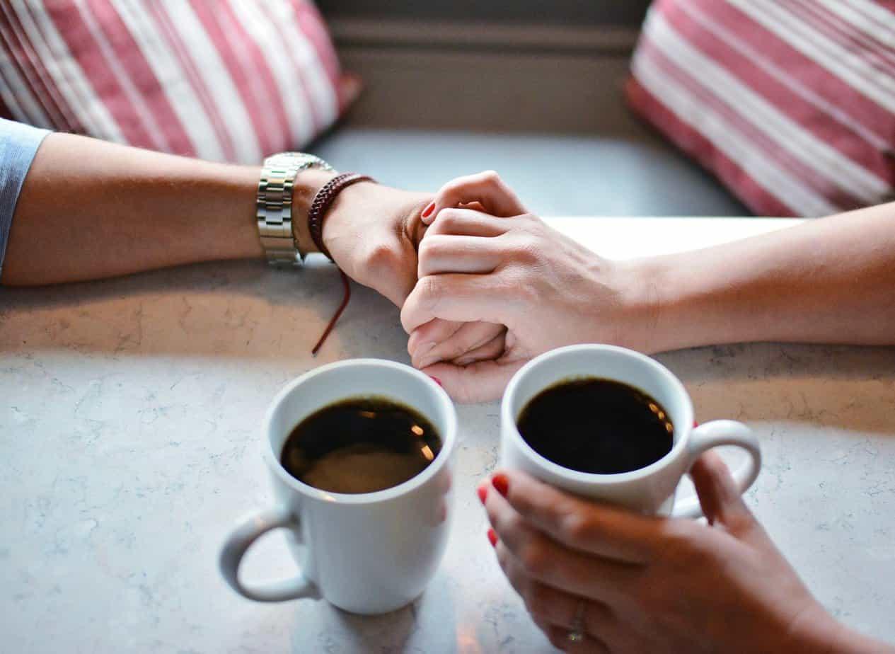 връзка-спалня-ръце