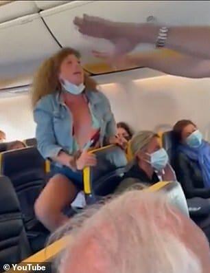 Италианка напада жена по време на спор за маски на полет на Ryanair